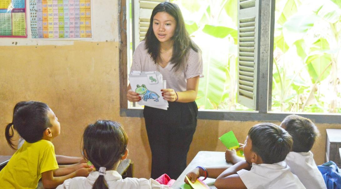 カンボジアの子供たちへの教育アクティビティに取り組むチャイルドケアボランティア